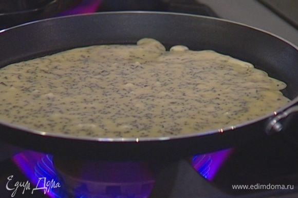 Разогреть в сковороде немного оливкового масла и напечь тонких блинов.