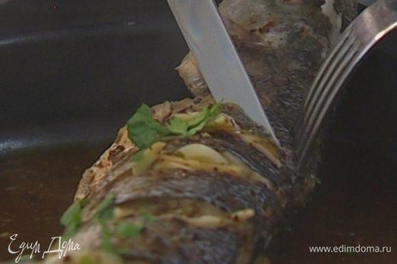Кинзу мелко порубить и присыпать готовую рыбу.
