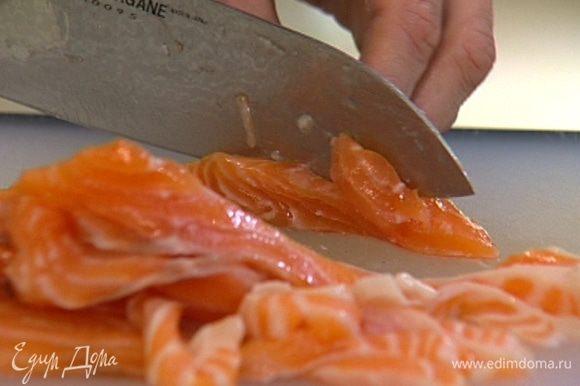Филе рыбы отделить от кожи и нарезать вдоль тонкими полосками.