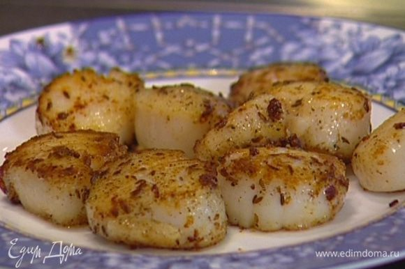 Разогреть в тяжелой сковороде 1 ч. ложку сливочного и 1 ст. ложку оливкового масла и обжарить гребешки со всех сторон до золотистого цвета.
