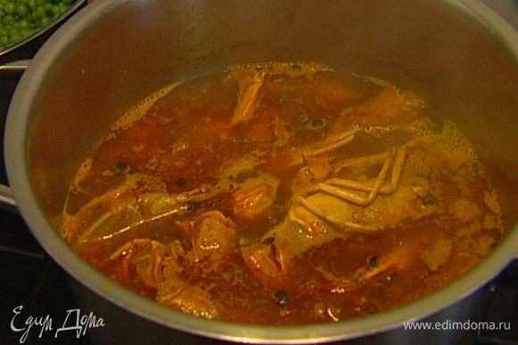 Добавить томатную пасту, 100 г сухого вина, душистый перец и куркуму, все перемешать и залить литром горячей воды. Готовить бульон на медленном огне 30−40 минут, немного посолить, затем процедить.