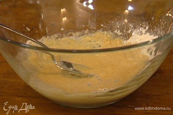 Дрожжи поломать на кусочки, добавить к ним 1 ст. ложку сахара, 1 ст. ложку муки, щепотку соли, влить 50 мл теплой воды. Перемешать опару и оставить на несколько минут.