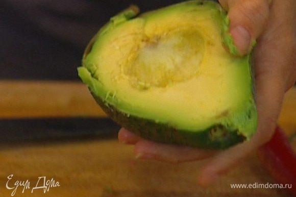 Авокадо почистить и разрезать пополам, удалив косточку.