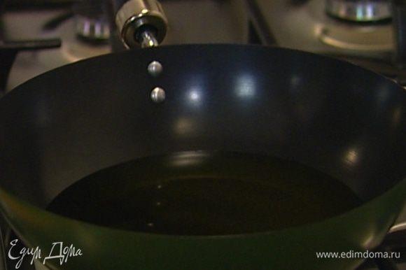 Разогреть в глубокой сковороде или кастрюле с тяжелым дном растительное масло.