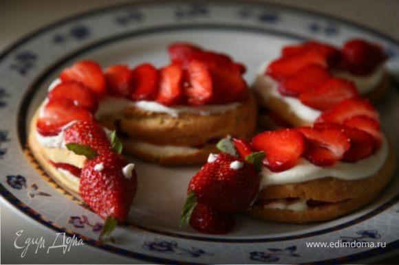 Из цельных крупных ягодок сделать голову змейки.Для этого сверху каждой ягоды сделать надрез,вложить в надрезы тонко нарезанный листик мяты (или использовать хвостики клубники).Положить ягоды к туловищу,из взбытых сливок сделать глазки.Приятного аппетита!