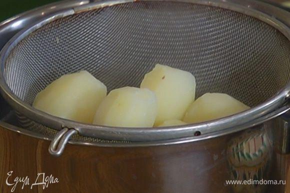 Отваренный картофель почистить и выложить в посуду, в которой вы будете его подавать на стол. Прикрыть крышкой, чтобы он не остыл.