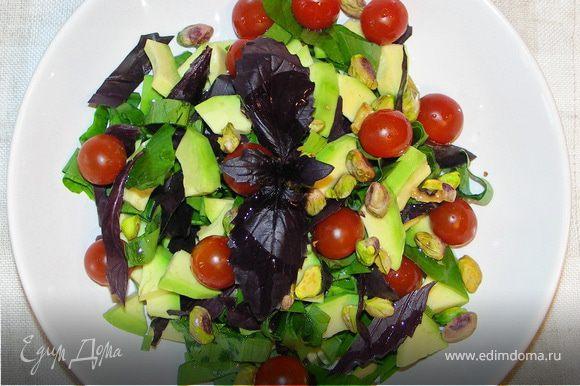 Авокадо,черемшу и базилик порезать.Добавить помидорчики,фисташки..Полить маслом,перемешать..и приятного аппетита!:))