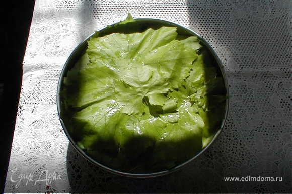 Равномерно выкладываем фарш и итак 3 слоя,закрываем,смазываем сливочным маслом и сверху закрываем фольгой.