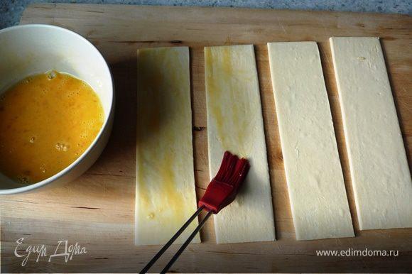 Смазываем яйцом, посыпаем ванильным сахаром (оставив немного для крема).