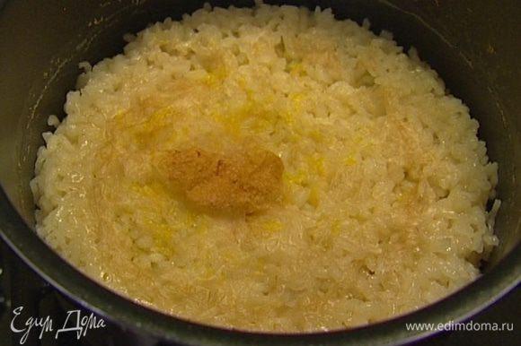 Вынуть готовый рис из духовки, перемешать. Добавить к рису набухший желатин, еще раз перемешать и отправить в холодильник до полного остывания.