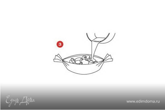 На помидор выложить филе трески, полить соусом. Свернуть бумагу в лодочку Saga.