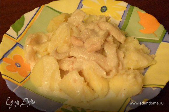 Подавать с отварным картофелем. Можно посыпать укропом.