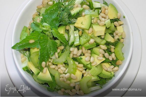 Порезать овощи и зелень.Посыпать орешками.Полить маслом.Посолить.Полить лимонным соком.Перемешать.Оставить на 5-7 мин и можно кушать.Приятного аппетита!:)