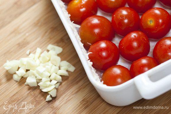 Выложить в форму помидоры и нарезанный чеснок, немного посолить и поперчить, сбрызнуть оливковым маслом.