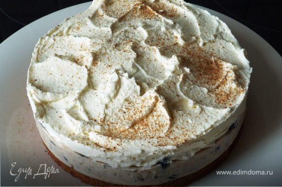 Взбиваем оставшиеся сливки с сахаром и загустителем. Выкладываем сверху, придаем волнообразный вид. Посыпаем мускатным орехом. Приятного аппетита!