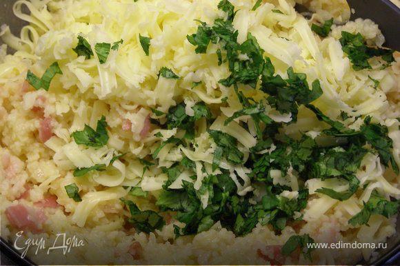 На завершающем этапе добавляем потёртый сыр и мелко нарезанную зелень. Тщательно перемешиваем.