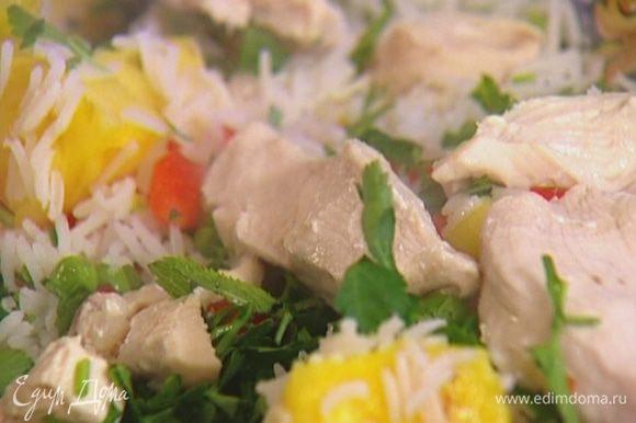 Кинзу и мяту мелко порубить, посыпать салат.