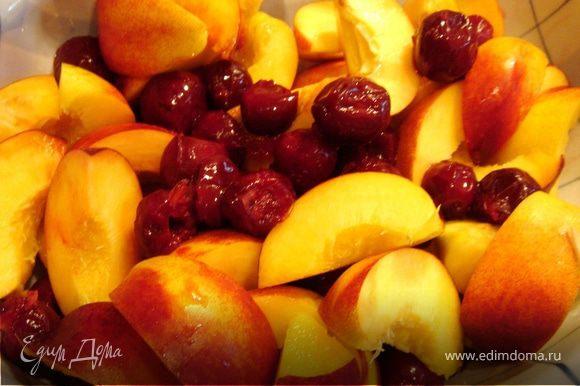 """Из вишни и нектарина удалить кости.Нектарин порезать на 6-8 частей.Фрукты выложить в форму,сбрызнуть лимонным соком(если ягоды кислые,то не надо)присыпать сахаром и кукурузной мукой или крупой.Хорошо перемешать.Поверх фруктов выложить сливочное масло.Накрыть фольгой и выпекать в духовом шкафу ок.1 часа при t 180*C.Для кобблера можно использовать фрукты и ягоды не""""парадного""""вида."""