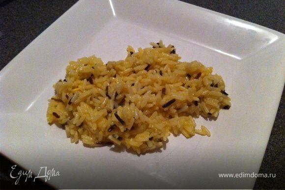 рис благодаря желтку станет приятного цвета, а благодаря маслу нежным.