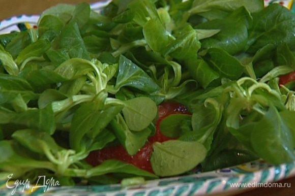 Выложить на грейпфрут листья салата.