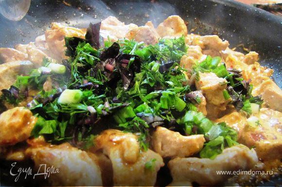 Добавить рубленую зелень, перемешать и отставить на несколько минут, пока приготовим салат.