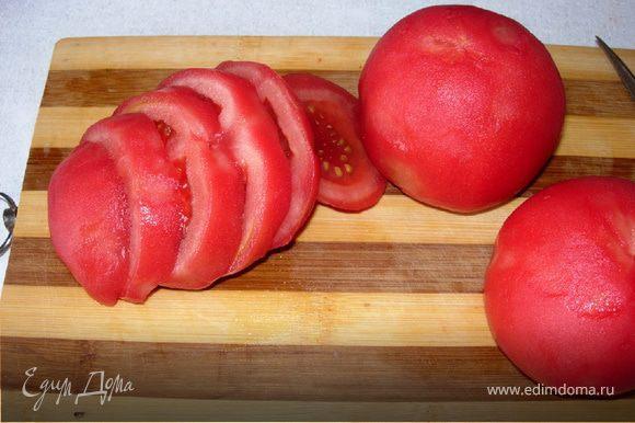 Приготовим начинку - соус болоньез: Для начала помидоры погрузим в кипяток на секунд 10, остудим, снимаем шкурку и нарезаем кубиками (можно положить вместо помидор томатную пасту, но летом, когда помидоры доступны, лучше свежие).