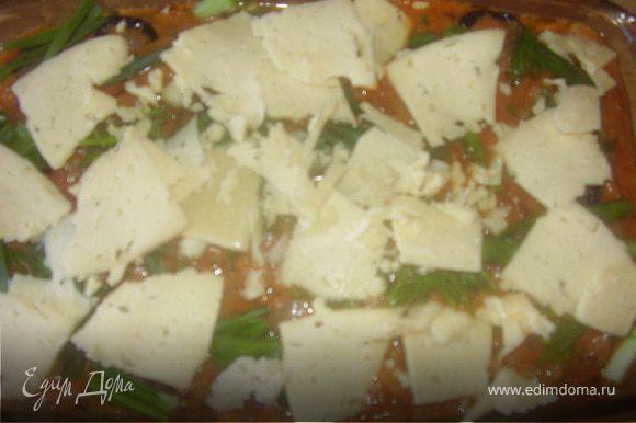 Сыр натираем на терке плпстинами и выкладываем сверху ,затем рвем руками зелень и рписыпаем ней наше блюдо.