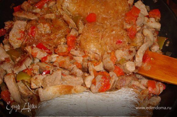 Когда мясо с овощами немного подружатся (минут так через 5) можно добавить фунчезу и снова хорошенько перемешать, подлить водички из чайника (около 1,5-2 стаканов, но учтите, что у меня фунчеза была сухая, если вы ее заранее отварили, уменьшите количество воды). Добавить соевый соус, перец, перемешать и накрыть крышкой - пусть немного потушится (минут 7-10). Вы сами увидите и почувствуете, когда блюдо будет готово. Все, можно подавать. Это блюдо вкусно есть как горячим, так и теплым, а если у вы использовали говядину, то можно есть и холодным, как салат.