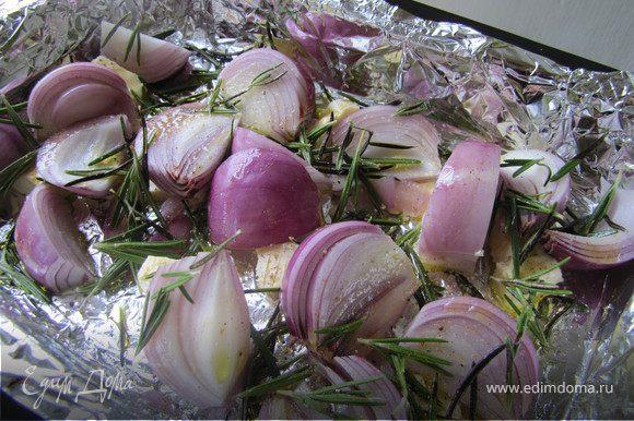 Выложить лук в форму, посыпать розмарином, слегка посолить, поперчить, сбрызнуть оливковым маслом и отправить в горячую духовку минуты на 3-4, чтобы расплавилось сливочное масло.