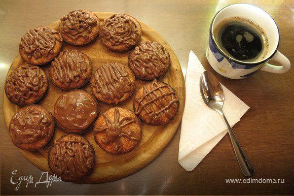 остывшие печенья смазываем сверху шоколадом и даём остыть :)