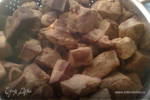 печень режем кусочками затем варим,добавляем соль, перец.