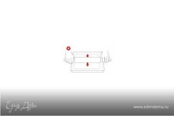 На противень выложить лист кулинарной бумаги, вылить на бумагу тесто, разровнять кондитерской лопаткой до формы прямоугольника. Тесто поместить в печь, выпекать 10-12 мин. Достать из печи. Снять бумагу, полностью охладить на решетке, переложить в холодильник.
