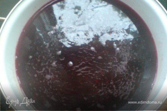залить свёклу горячей водой,в которую добавлены соль и уксус или сок лимона;довести до кипения