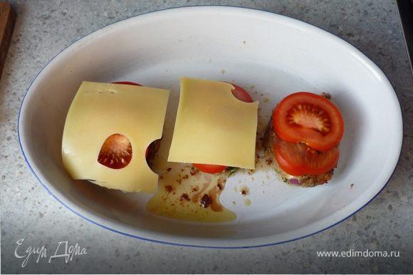 Вместе с жиром от жарки переложить в форму для запекания. Сверху положить помидоры, нарезанные кружочками, и сыр. Запечь в духовке пока сыр не расплавится (минут 5-8).