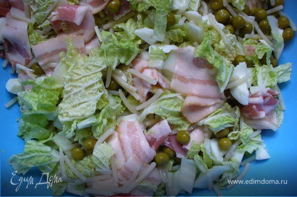 Перемешать (лучше - Вашими чистыми ручками!) салат, посолить по вкусу
