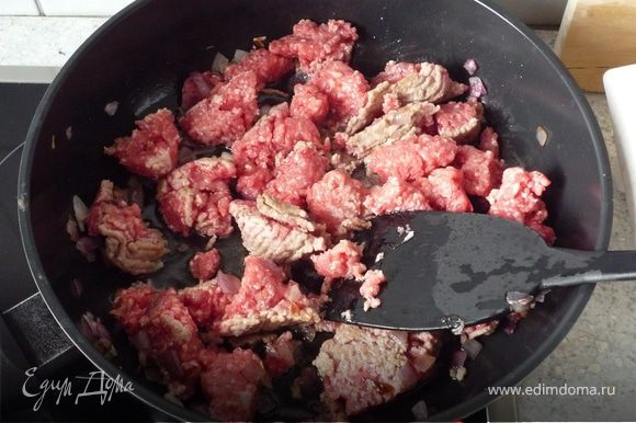 Лук обжарить на масле, затем добавить фарш и продолжить жарить до рассыпчатого состояния.