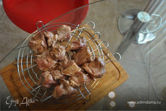 нанизать мясо на шампуры
