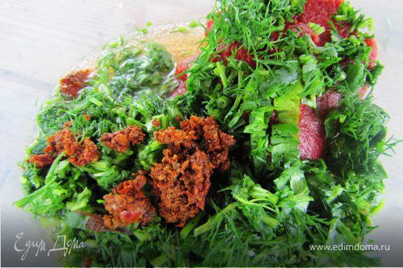 и соус для мяса. При нарезании зелени все грубые приконевые стебли по хозяйски отправила к мясу, не пропадать добру.