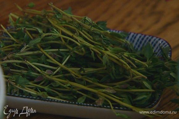 Добавить 2 зубчика чеснока, шалфей, тимьян, накрыть крышкой и варить до готовности.