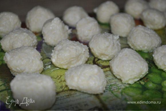 Налепить маленьких шариков и поставить в морозилку на 30 минут.