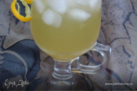 Выдавливаем сок из 1,5 апельсинов и 0,5 лимона. Оставшийся лимон и апельсин нарезаем кружочками и кладем в кувшин. Завариваем зеленый чай, добавляем к нему сахар. В кувшин выкладываем лед и добавляем чай, доливаем минеральной водой без газа и отправляем в холодильник на 10 минут охлаждаться. Можно смаковать!