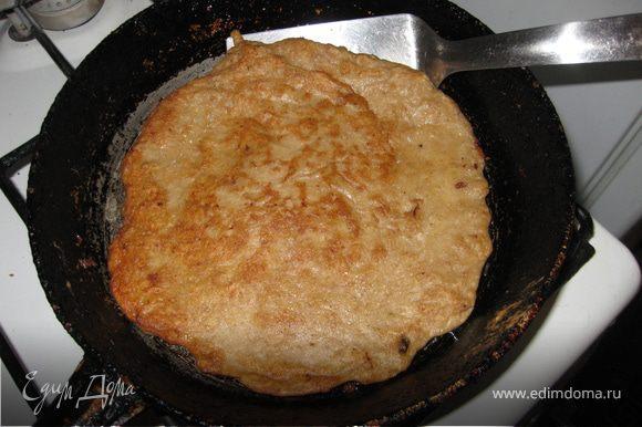 Испечь мясные блины. Капаю совсем чуть-чуть масла на сковороду, набираю полную поварежку теста, выливаю на центр и расправляю к краям ложкой. Тесто не пристает к сковороде и легко переворачивается лопаткой. Уменя получается 7 блинов.