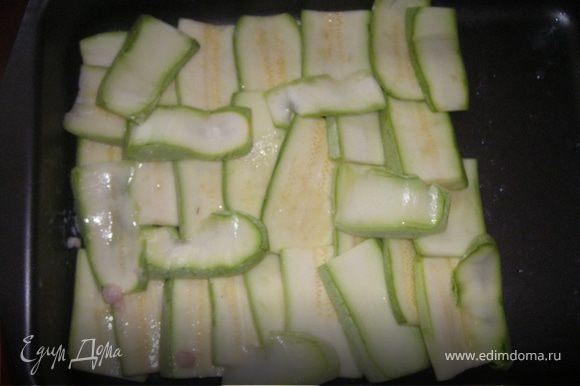 Смазываем небольшим кол-вом растительного масла форму( у меня с антиперегарным покрытием 25х35 - большеватая для данного рецепта :-)), плотно выкладываем кабачки...