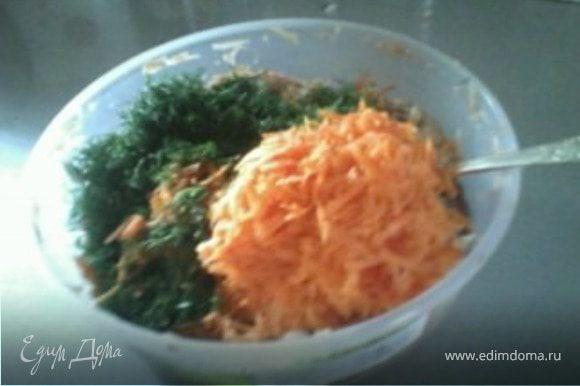 """Натереть на терку морковь, лук, нарезать мелко зелень и смешать все это с картошкой, добавить пару ложек муки, в зависимости от """"жидкости"""" теста. У меня получилось 5 ложек."""