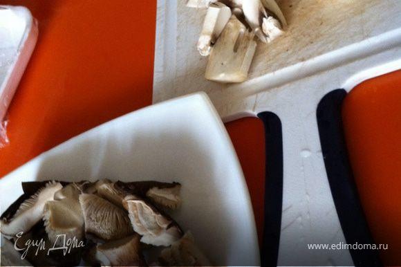 Заливаем телятину водой, доводим до кипения. Сибука заливаем водой, оставляем минут на 10. Лук режем тонкими полосками, грибы нарезаем, крупно достаточно.