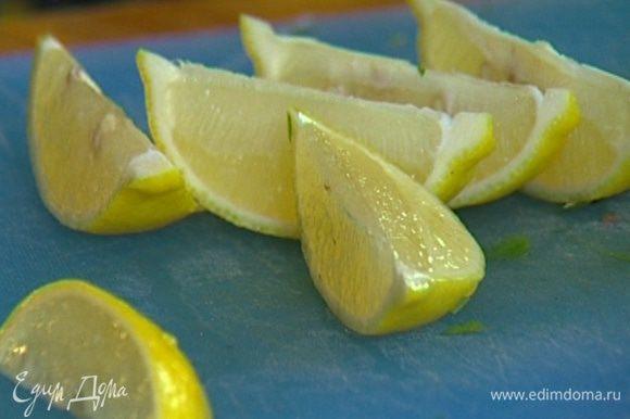 Лимон разрезать на 8 частей и добавить к шашлыку.