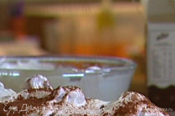 Переложить рулет на блюдо, отделить бумагу, украсить оставшимися взбитыми сливками с малиной, посыпать какао и отправить в холодильник.
