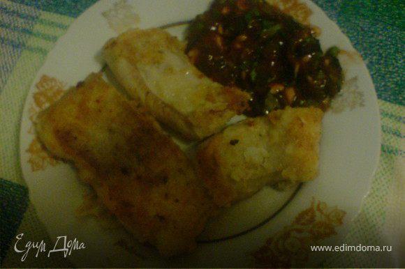 рыбу и соус удобно уложить на тарелку и приятного аппетита...