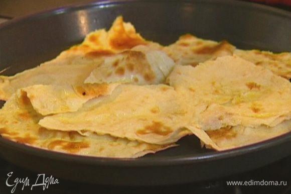 Лаваш смазать 1 ст. ложкой оливкового масла, порвать на неровные, довольно крупные куски и выложить на противень. Отправить в разогретую духовку на 2–3 минуты.