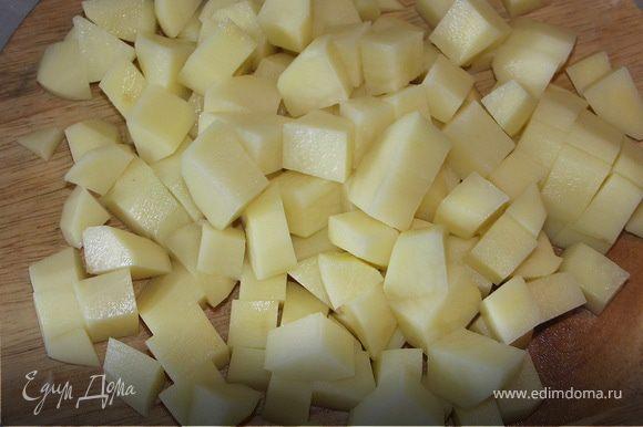Перец болгарский порезать соломкой,картофель средними кубиками(1.5на1.5см).Лучше брать не очень рассыпчатый сорт.